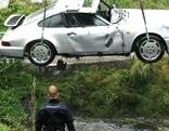 Mit Porsche in Bach gestürzt, unter Wasser