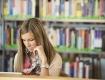 Österreich liest - Mädchen in einer Bücherei