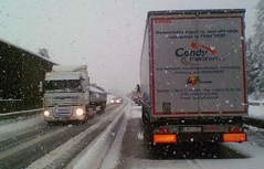 Hängengebliebene Lastwagen bei Schneefall