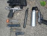 Pistolen und Pfefferspray liegen auf Boden