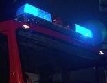 Blaulicht auf einem Feuerwehrauto in der Nacht
