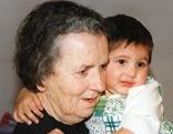Elfriede Schweifer mit Waisenkind im Arm
