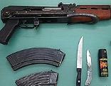 Maschinenpistole Kalaschnikow und Munition