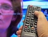 Fernbedienung vor Fernsehgerät