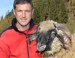 Günter Jaritz mit Schaf