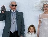 Karl Lagerfeld und Models bei Modeschau von Chanel