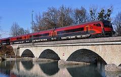 ÖBB Railjet Zug auf der Eisenbahnbrücke über die Saalach (Saalachbrücke)