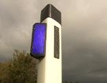 Blauer Reflektor auf Straßenbegrenzungspflock