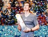 Murray wurde für seinen 30. ATP-Titel mit Konfettiregen und einem Pokal geehrt