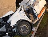 Zerstörtes Fahrzeug an Betonpfeiler