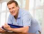 Mann hält Lernunterlagen in der Hand