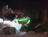 Kleiner Traktor beim Schneeräumen