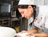 Kochlehrling verziert Torte