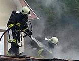 Feuerwehr löscht Flammen am Dach