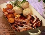 Schweinsbraten / Schweinebraten mit Semmelknödeln und Kartoffeln im Reindl