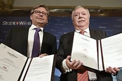 ORF-Generaldirektor Alexander Wrabetz und Bürgermeister Michael Häupl (r.)  bei der Unterzeichnung eines Memorandum of Understanding für den Song Contest im Wiener Rathaus