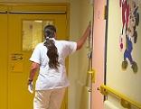 Krankenschwester bei Eingang zur Kinderstation im SMZ Ost