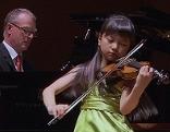 Wunderkind So Huyn Ko spielt auf der Kindergeige von Wolfgang Amadeus Mozart