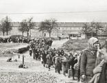 Zwangsarbeiterinenn kommen bei den Hermann Göring Werken an