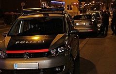 Polizeiautos auf der Straße in der Nacht