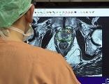 Arzt bei der Diagnose vor dem Computer in der Urologie