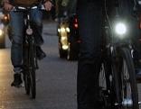 Fahrradfahrer mit und ohne Licht am Rad