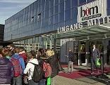 Jugendlichen vor dem Salzburger Messezentrum bei der Berufsinformationsmesse BIM