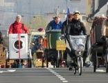 Salzburger radeln mit Radanhängern und Lastenrädern durch die Innenstadt