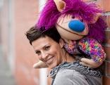 """Sabine Petzl mit ihrer Handpuppe """"Buki"""""""
