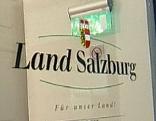"""Glastür im Amt der Salzburger Landesregierung mit Logo """"Land Salzburg"""""""