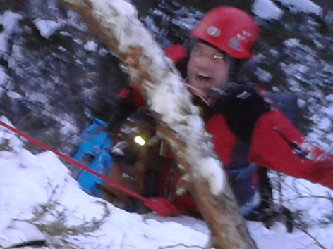 Bergretter Daniel Keuschnig mit Hund Ares nach der gelungenen Rettung