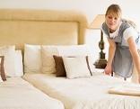 Zimmermädchen macht ein Bett