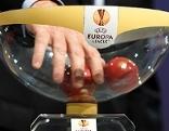 Schüssel mit Kugeln bei der Auslosung zur UEFA Europa League