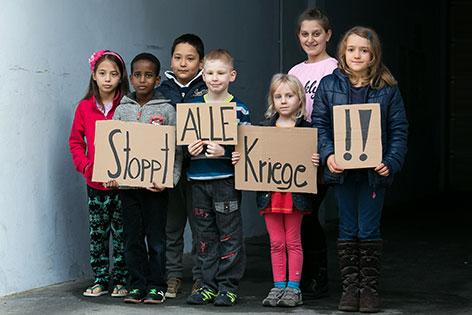 Kinder mit Schildern für Frieden