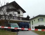 Haus des Opfers von außen mit Absperrband