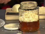 Glas mit Honig und gerissenem Kren