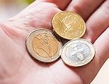 Hand hält Kleingeld