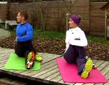 Michael Mayerhofer und Doresia Krings bei einer Übung für die Rückenbeweglichkeit