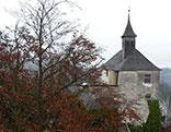 Kapelle und herbstlicher Baum