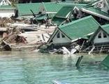 Bungalows auf der Insel Phi Phi/ Thailand, die durch den Tsunami am 26.12.2004 zerstört wurden.