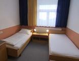 Hotelzimmer mit leeren Betten