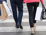 Menschen mit Einkaufstaschen auf der Straße