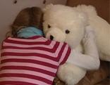 Mädchen umarmt Teddybär