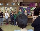 Die 1c Klasse der Volkschule Lehen 2 singt mit ihrer Lehrerin