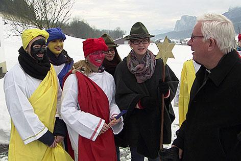 Erzbischof Franz Lackner mit Sternsingern in Thalgau
