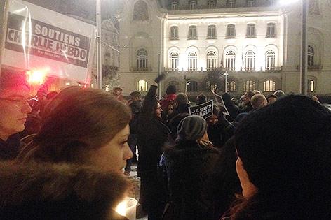 Menschen bei Solidaritätskundgebung in Wien