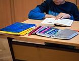 Kind mit Schulbuch