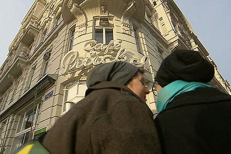 Paar vor dem Cafe Prückel