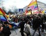 Kundgebung vor dem Cafe Prückel wegen Lokalverbot für küssendes lesbisches Paar