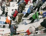 Skifahrer und Snowboarder in Warteschlange vor Skilift